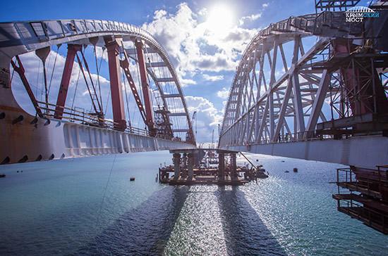 На автодорожной арке Крымского моста начали укладывать асфальт