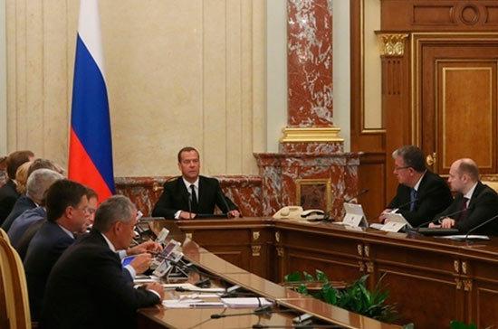 Правительство поддержит попавшие под санкции США компании, заявил Медведев