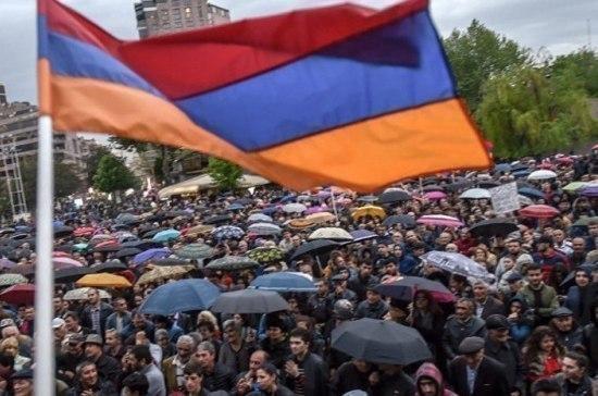 Милиция  Еревана удерживает  митингующих против Саргсяна