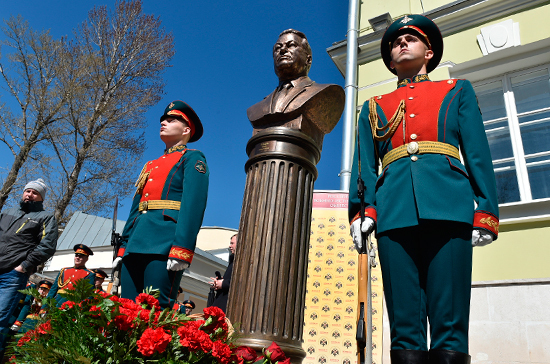 Бюст Бориса Ельцина пополнил «Аллею правителей» в Москве