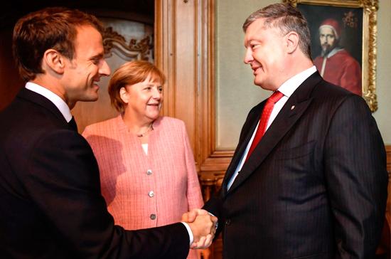 В ФРГ рассказали о короткой встрече Меркель и Макрона с Порошенко