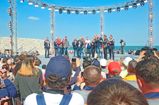 Жители Крыма приветствовали открытие моста через Керченский пролив