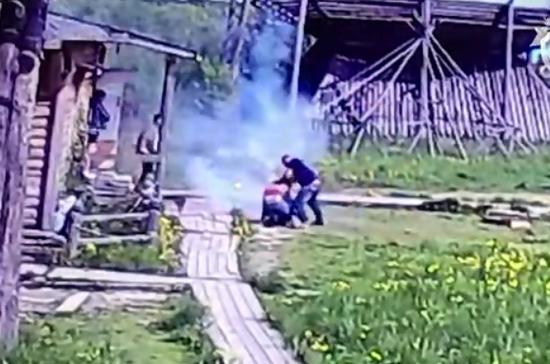 В Калужской области задержанный за мошенничество отбивался от полиции файером