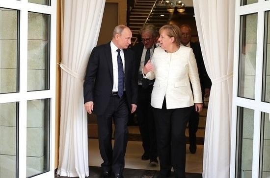 Меркель пытается усидеть на двух стульях
