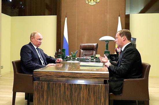 Путин и Медведев проводят встречу, на которой обсуждается новый состав кабмина