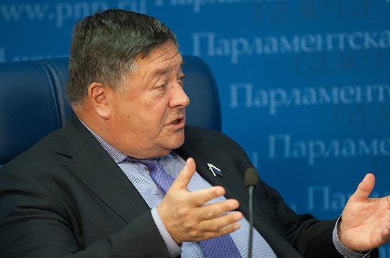 Сенатор Калашников предлагает ограничить цены на бензин