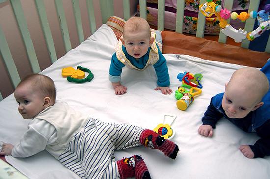 Около 54 тысяч российских семей начали получать выплаты в связи с рождением первого ребенка