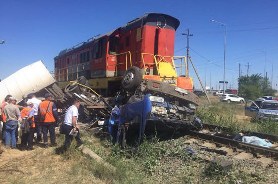 В Волгоградской области грузовик выехал на ж/д переезд и столкнулся с локомотивом