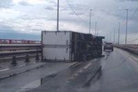 В Нижнем Новгороде на мосту от сильного ветра перевернулась «Газель»