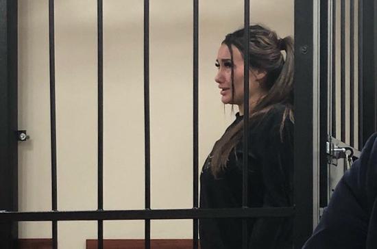 Модель Кира Майер арестована по решению суда за драку с инспектором ДПС