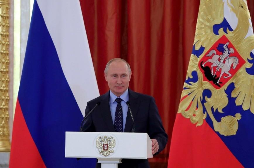 «Напугали сладкого»: Путин дважды прервал выступление из-за плача младенца