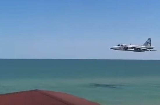 На Украине объяснили предельно низкий полет Су-25 над пляжем