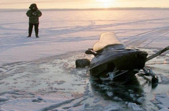 На Ямале снегоход провалился под лёд, один человек погиб