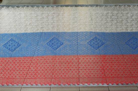 В оренбургском музее ко Дню России впервые появился пуховый платок в виде триколора