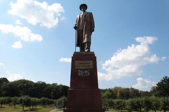 Рабочие повредили памятник Мичурину на ВВЦ
