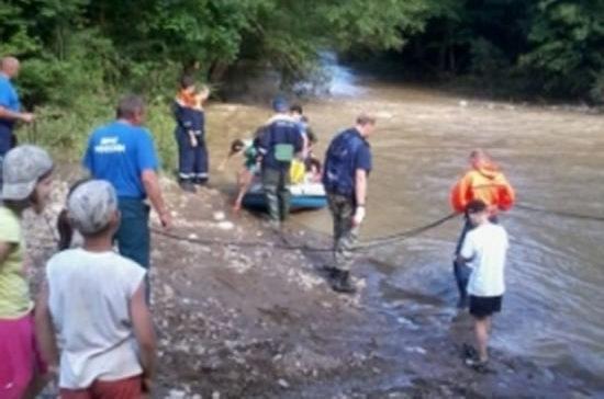 В Карачаево-Черкесии эвакуировали 62 туриста, блокированных в горах из-за размытой переправы