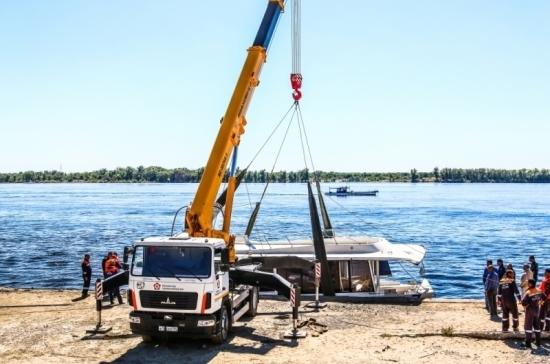 Специалисты МЧС подняли на берег разбившийся в Волгограде катамаран