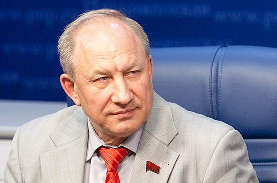 Проблему нелегалов в России решит только введение виз, считает Рашкин