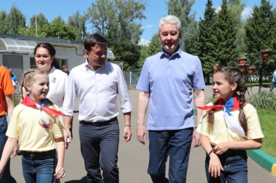 Собянин иВоробьёв сыграли сдетьми вфутбол влагере «Юнармеец»