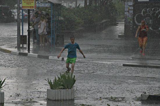 В Симферополе из-за сильного ливня дороги превратились в реки