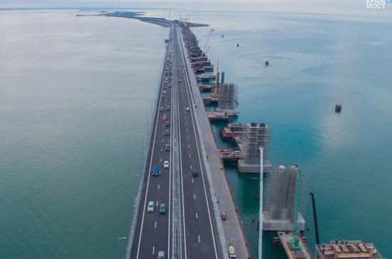 На Крымском мосту появилась уникальная традиция