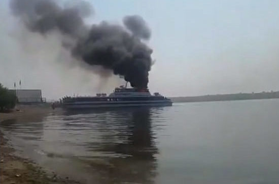 В Иркутске устанавливают причины возгорания на борту теплохода «Баргузин» с 78 пассажирами
