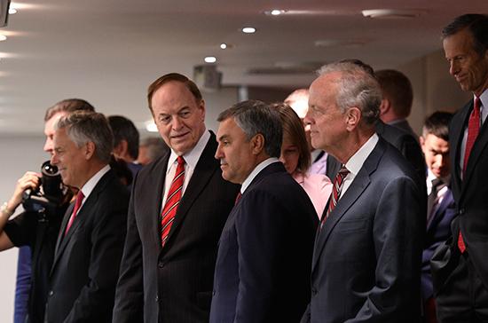 Депутаты Госдумы встретили аплодисментами американских коллег