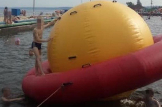 В Ульяновске на пляже 11-летний мальчик получил травмы, играя на водном аттракционе в бассейне
