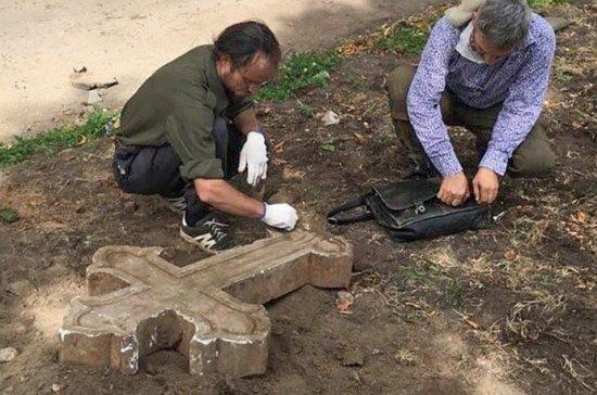 В парке в центре Москвы нашли старинный мраморный крест