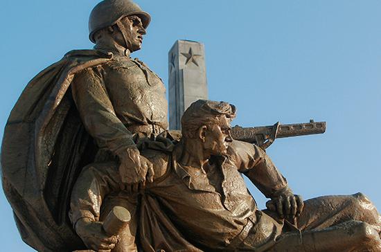 За уничтожение российских памятников иностранцам могут запретить въезд в Россию