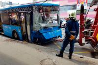 Пассажирский автобус на юге Москвы врезался в столб