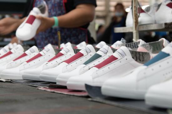 В России стартовал эксперимент по маркировке обуви