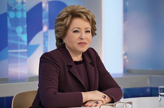 Валентина Матвиенко вручила футбольные мячи ЧМ-2018 воспитанникам детских домов