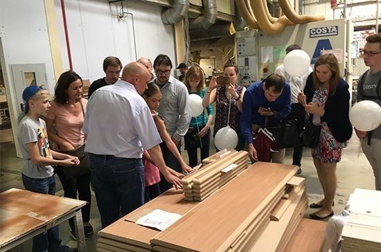 Участники акции «День без турникетов» узнали, как делают мебель на фабрике «ФЕЛИКС»