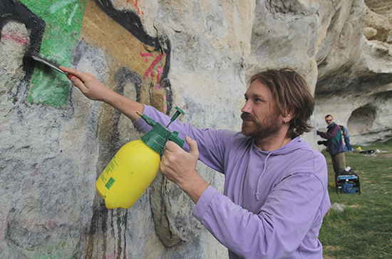 В Крыму волонтёры спасают пещерные города