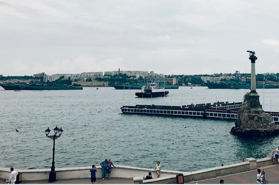 В Севастопольской бухте выстроились на рейде боевые корабли