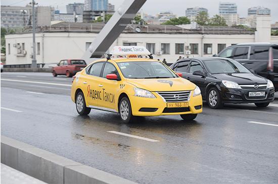 Собянин предложил принимать на работу в такси только владельцев российских прав
