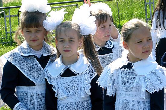 Роспотребнадзор посоветовал родителям обращать внимание на состав ткани школьной формы