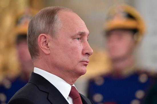 Путин возложил цветы к памятнику погибшим морякам с подлодки «Курск»