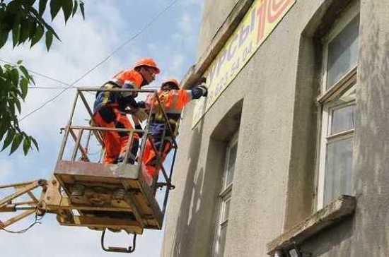 В Севастополе с фасадов зданий демонтируют более ста рекламных вывесок
