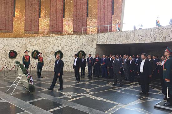 Делегация Меджлиса Ирана возложила венки к Вечному огню на Мамаевом кургане
