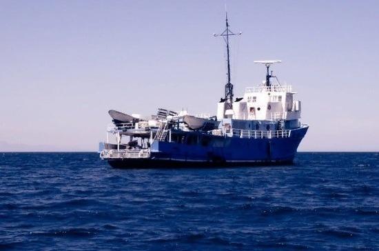 Моряков терпящего бедствия у берегов Крыма буксира подняли на сухогруз