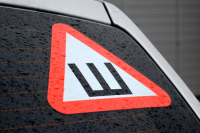 В ГИБДД рассказали, нужно ли наклеивать на машину знак «Шипы»