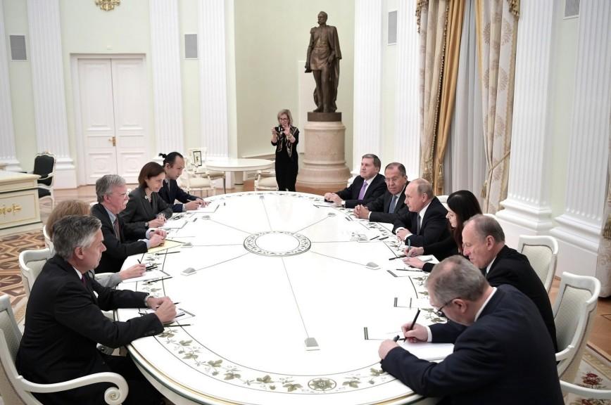Путин на встрече с Болтоном выразил удивление недружественными шагами США