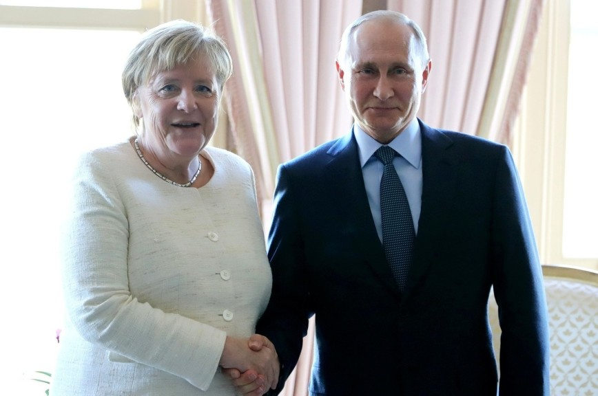 На Украине Меркель обвинили в «предательстве» из-за улыбки Путину