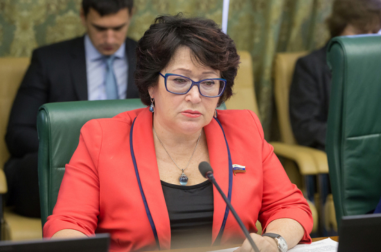 Сенатор Талабаева научила выбирать красную икру