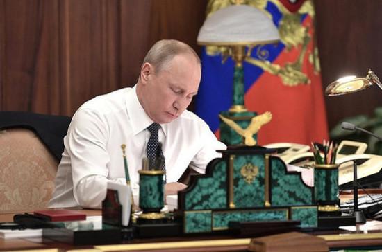 Путин отметил госнаградами учёных, врачей и многодетных родителей