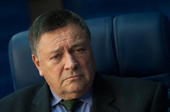 Сенатор Калашников не видит логики в аргументах производителей коньяка