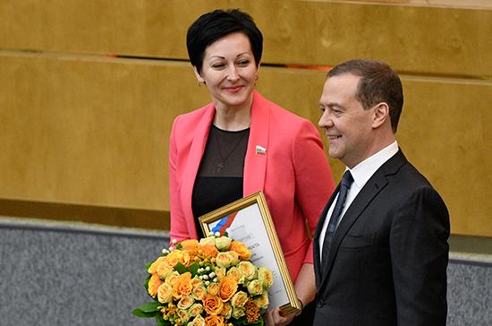 Медведев вручил депутатам Госдумы правительственные награды