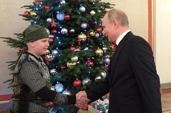 Путин исполнил мечту мальчика, который хотел пожать ему руку
